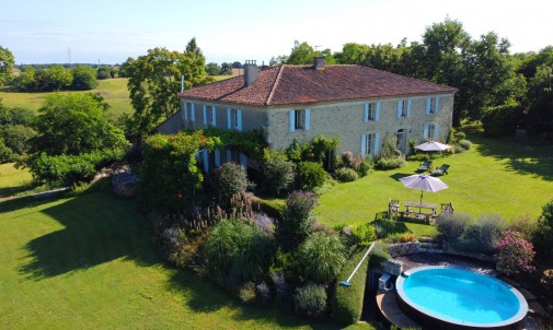 Superb Gascon Stone House with Stunning Mountain Views, Infinity Pool, Garden and Woods of 1.5ha. Quiet location. 7 mins to amenities.
